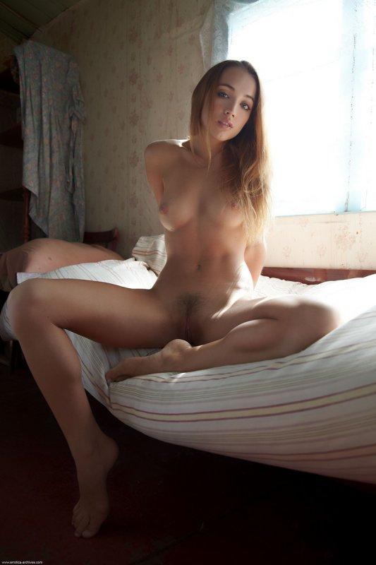 Молодая девушка в голом наряде (18 фото)