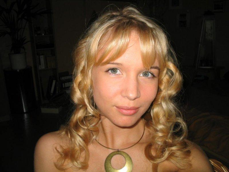 Стеснительная и красивая голая русская девушка