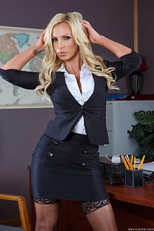 Зрелая секретарша в чулках показала эротику