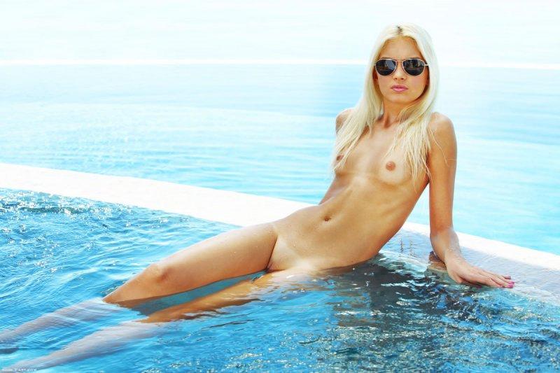 Худая девушка с маленькими сиськами у бассейна