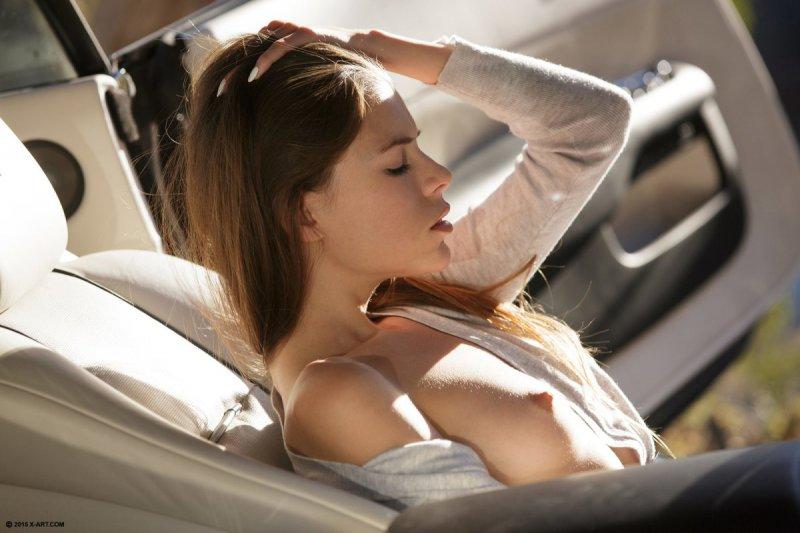 Девушка мастурбирует киску сидя в машине