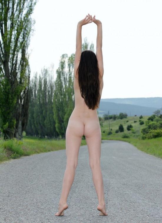 golaya_devushka_na_doroge-ajiq15