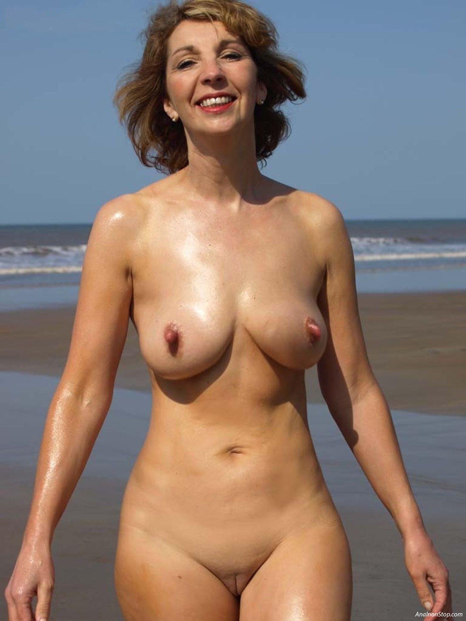 фото жена на улице в одном фартушке