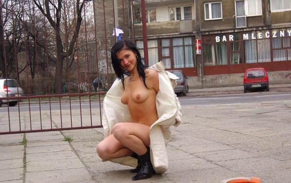 Golaja_jeksbicionistka_plashhe_10