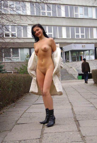 Golaja_jeksbicionistka_plashhe_2
