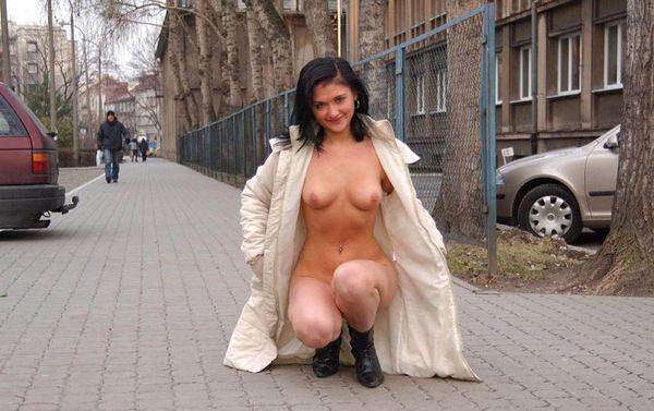 Golaja_jeksbicionistka_plashhe_4