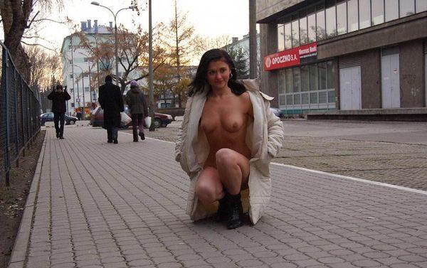 Golaja_jeksbicionistka_plashhe_5
