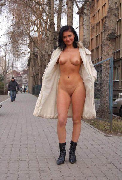 Golaja_jeksbicionistka_plashhe_7