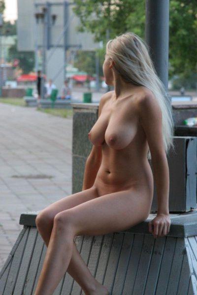Golaja_krasavica_poziruet_11