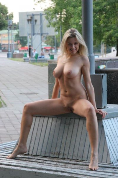 Golaja_krasavica_poziruet_12