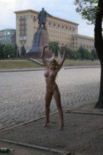 Совсем голая девчонка позирует на улице