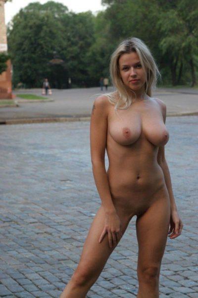 Golaja_krasavica_poziruet_5
