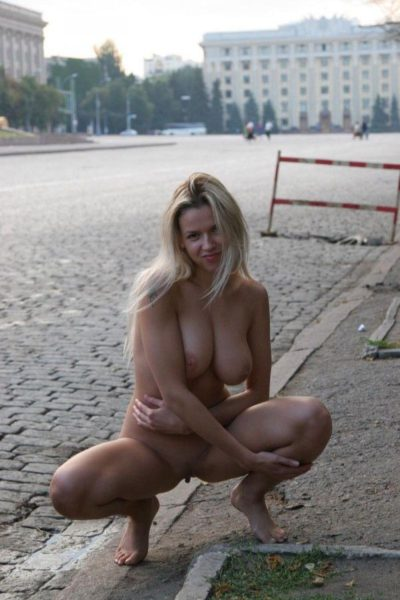 Golaja_krasavica_poziruet_6