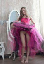Голая писька под платьем девчонки