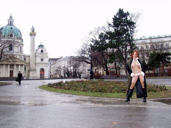 Guljaet_po_ulice_jeroticheskom_bele_10