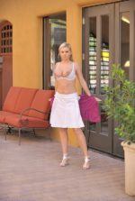Юная голая девка на улице фото