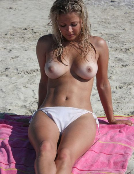Nudists_with_beautiful_figure_8