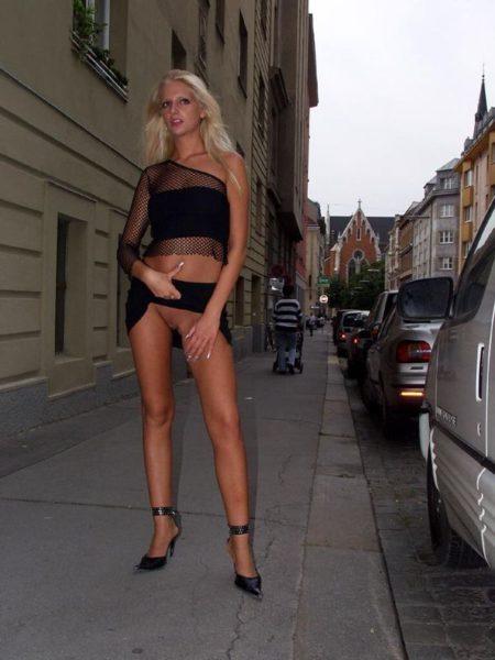 Obnazhennaja_devica_hodit_na_ulice_9