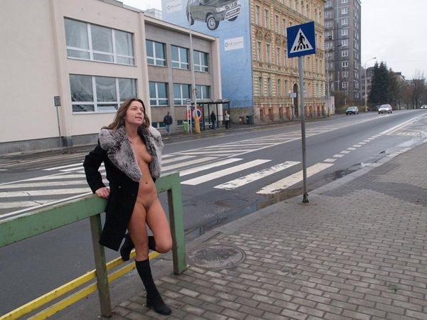 Pokazala_golye_dyrki_5