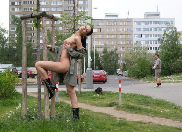 devka_poziruet_na_ulice_2