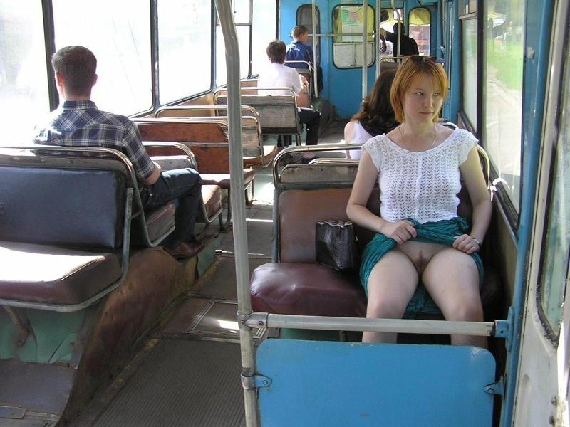 осталась девки без трусов в автобусе одни считают