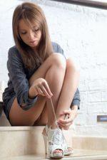 Девушка в рубашке надетой на голое тело