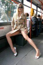 Девушки без трусов в общественном месте задирают юбки